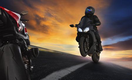 casco moto: hombre joven que monta la motocicleta en carreteras de asfalto de carreteras con el uso de habilidades en bicicleta extrema profesional para actividades de vacaciones de competici�n deportiva y la gente