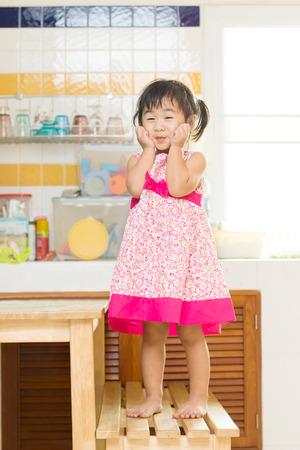 ni�os actuando: encantadora actuaci�n de ni�os Mesa de comedor en casa cocina utiliza para la felicidad en las personas de la familia Foto de archivo