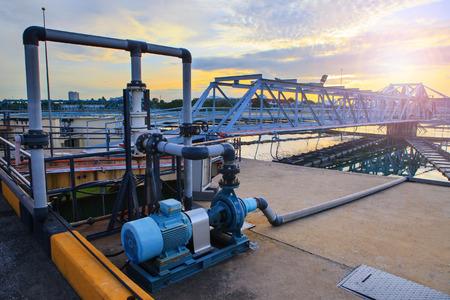 都水道産業工場で給水の大きなタンク 写真素材