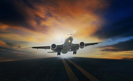 Aereo passeggeri decollare da piste contro il bel cielo scuro con spazio di copia Archivio Fotografico - 37209387
