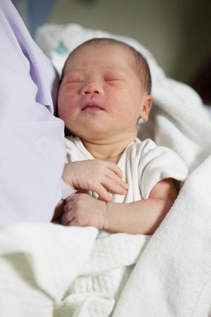 sala parto: volto della addormentato neonato in sala parto