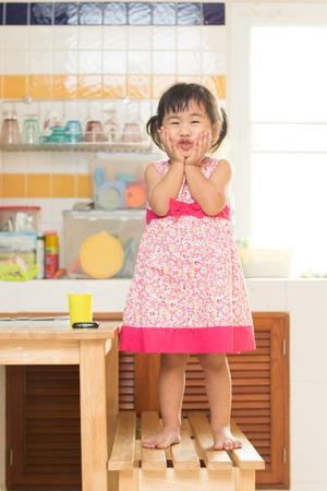 niños actuando: encantadora actuación de niños Mesa de comedor en casa cocina utiliza para la felicidad en las personas de la familia Foto de archivo