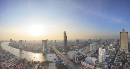 파노라마는 태국 방콕의 중심부에 차오 프라야 강, 높은 건물, 하늘, 스크래퍼의 아름다운 곡선을 볼 수