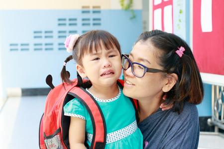 škola: děti a matka pláče první den jít na pre-mateřská škola škola