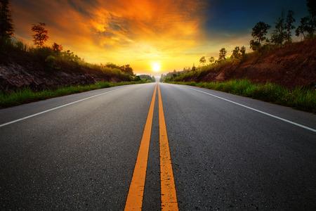 運輸: 美麗的太陽升起的天空與公路瀝青路面的農村景象利用陸路運輸和旅行的背景,背景