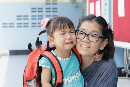 첫날 이동 우는 어린이와 어머니가 유아원하는 학교