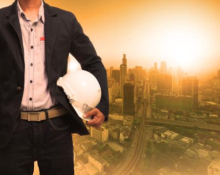 Engineering-Mann und Sonnenlicht hinter städtischen Bau-Hintergrund für Grundentwicklungsthema Lizenzfreie Bilder