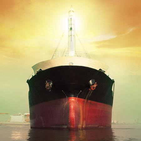 cami�n cisterna: barco flotante en el puerto de r�o Foto de archivo