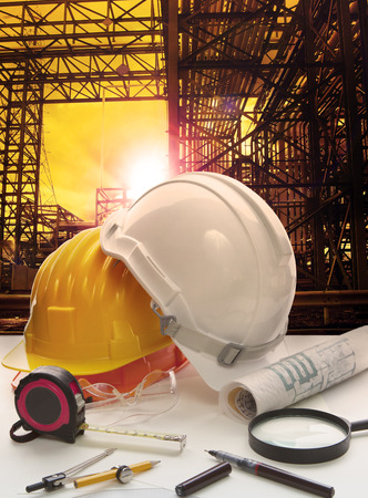 industria petroquimica: casco de seguridad en ingeniero mesa de trabajo contra la estructura de la línea de tubería en raíces pesada industria petroquímica