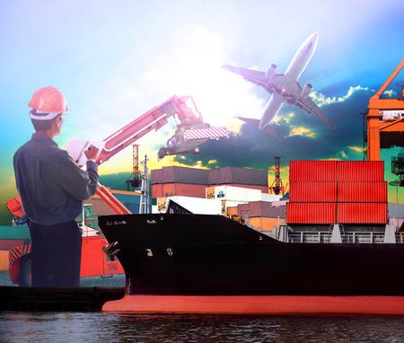 manager werken in het schip de haven en vliegtuig vracht logistieke gebruik als import export, transport scheepvaart, land-en luchtvervoer onderwerp