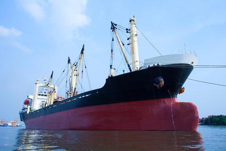 Barco comercial contenedor flotante sobre el uso de puerto fluvial de tema importación, exportación y transporte de agua Foto de archivo - 39695476