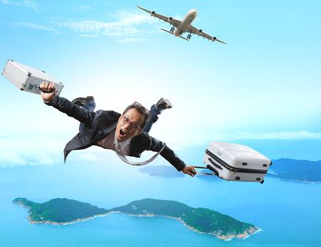 ブリーフケースを使って旅客機を使って喜んでと幸福感情人休暇地の島への旅行の荷物から飛んでクレイジー ビジネス男
