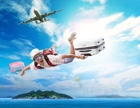 여름에 휴가 휴일에 여행하는 사람들을위한 행복의 얼굴 감정의 사용과 푸른 바다에 자연 대상 섬에 여객기에서 비행하는 젊은 남자