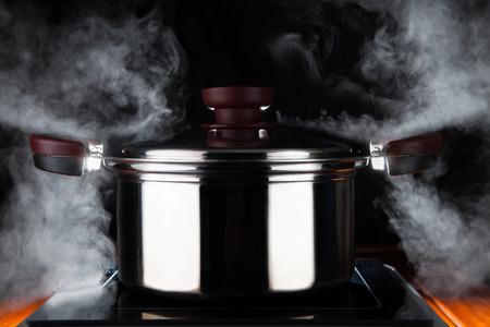 het koken van voedsel met hete stroom kracht van stanless stalen pot op elektrisch fornuis magneet te gebruiken voor de keuken en de maaltijd voorbereiding thema