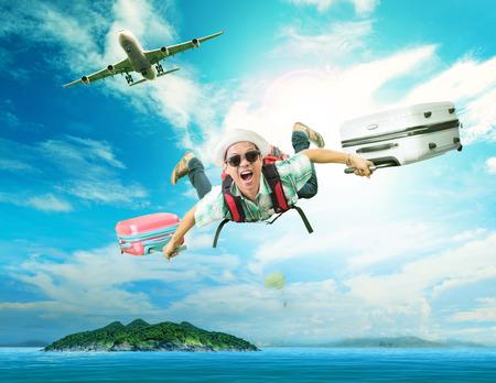 旅行: 若い男が旅客機から夏季休暇に旅する人々、幸福顔感情と青い海の自然地の島へ飛んで