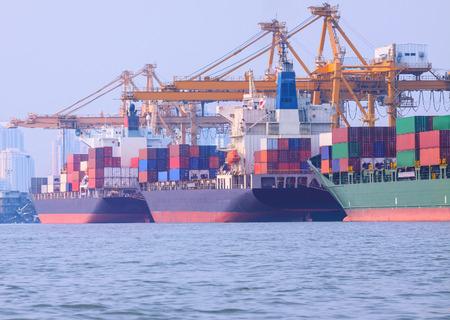 Handelsschiff Ladebehälter in dem Hafen Bild Verwendung für Import, Export, Wasserfahrzeug Verkehr und Industrie Logistik