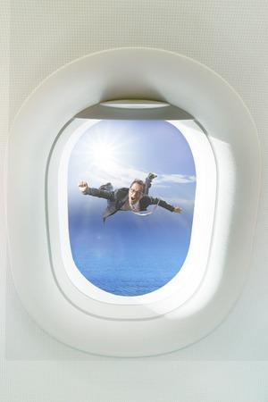 ビジネスの男性側の旅客飛行機の窓空中浮遊 写真素材 - 40232179