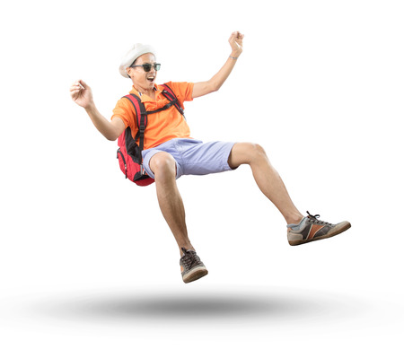 Portret van een jonge Aziatische reiziger man drijvende midden in de lucht met gekke acteren geïsoleerde witte achtergrond te gebruiken voor mensen emotie, actieve en gelukkige vakantie vakantie Stockfoto