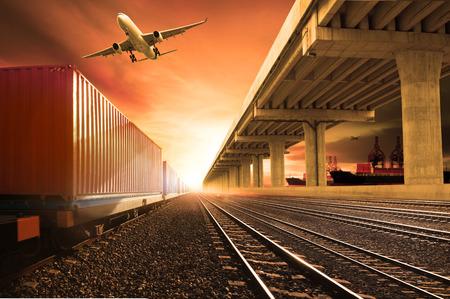 transporte: trens de contêineres do setor em execução em ferrovias acompanhar avião de carga voando com transporte ponte de terra sobre o uso da porta do navio para terra, ar e transporte na indústria navio negócio de logística, importação expoert serviço de transporte marítimo Banco de Imagens