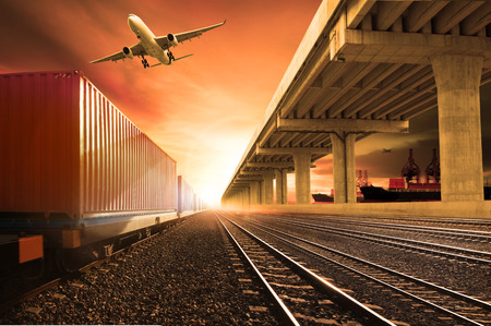trens de contêineres do setor em execução em ferrovias acompanhar avião de carga voando com transporte ponte de terra sobre o uso da porta do navio para terra, ar e transporte na indústria navio negócio de logística, importação expoert serviço de transporte marítimo Imagens