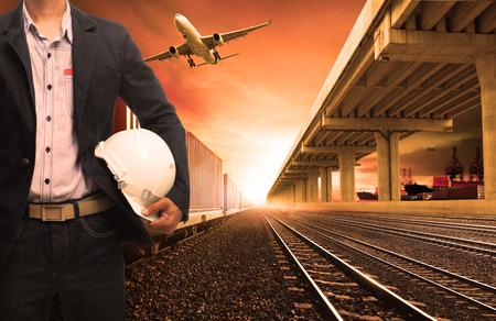 transporte: trens de contêineres do setor sobre ferrovias acompanhar avião de carga voando com transporte ponte de terra e porto de navios para terra, ar, transporte navio no setor de negócios de logística, importação e exportação, transporte marítimo