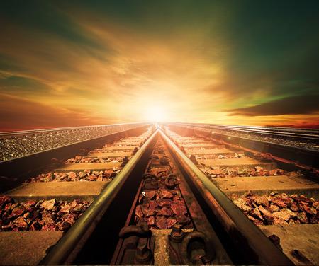 ferrocarril: cruce de ferrocarriles pista en la estación de trenes agains hermosa luz del sol establecer el uso de transporte terrestre y fondo de la industria logística, telón de fondo, copia tema del espacio Foto de archivo