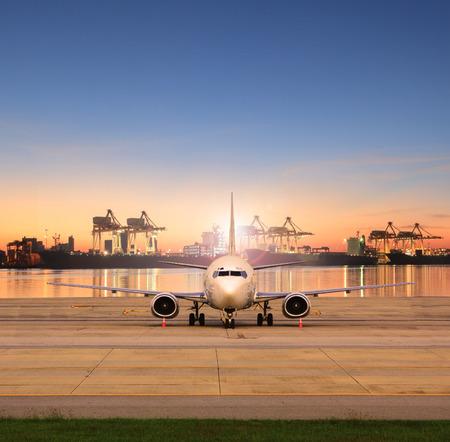 Frachtmaschine Parkplatz in Start- und Landebahnen und Schiffshafen hinter Einsatz für Schiffshafen Logistik und Luftfracht Lieferservice Standard-Bild