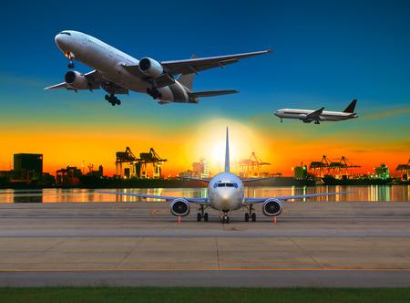 운송 및 물류 산업 비즈니스를위한 선박 마당 사용 아름다운 아침 빛으로부터 공항을 통해 비행화물 비행기