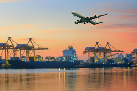 Avião de carga voando acima uso porto para navios de transporte e logística de frete indústria negócio