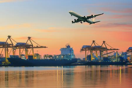 transporte: Avi�o de carga voando acima uso porto para navios de transporte e log�stica de frete ind�stria neg�cio