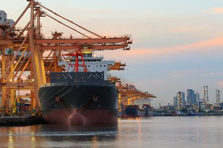 商業船のコンテナー船ヤード輸送物流貨物貨物事業用商品を荷