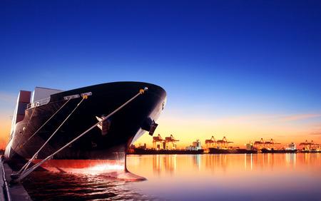 navire porte-conteneurs dans l'importation, port d'exportation contre belle lumière matinale du chargement navire l'utilisation de la cour pour le fret et du transport de fret du navire d'expédition Banque d'images