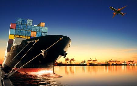 navire porte-conteneurs dans l'importation, port d'exportation contre belle lumière matinale du chargement navire l'utilisation de la cour pour le fret et du transport de fret du navire d'expédition