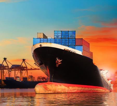 bic Handelsschiff in Import, Export Pier Einsatz für Behälter Transportgeschäft Industrie und Fracht, Fracht, Hafen entfernt