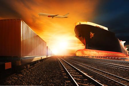 транспорт: контейнерные поезда, коммерческая корабль на порт грузового грузового самолета, летящего над использования для логистической и транспортной отрасли фоне