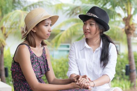 retrato de jóvenes amigos de la mujer asiática hablando consultar serio problema y animarse a luchar contra un problema