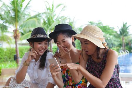 fila de personas: retrato de grupo de amigos de la mujer asi�tica mirando al tel�fono m�vil y riendo con el uso felicidad emoci�n de la vida moderna y el estilo de vida nueva generaci�n en la tecnolog�a digital Foto de archivo