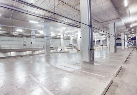 voiture parking: vide place de stationnement dans la conception du b�timent moderne avec un service de convenance