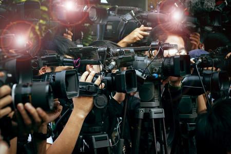 reportero: prensa y medios de cámara, fotógrafo de vídeo de guardia en caso de la cobertura de noticias pública de reportero y los medios de comunicación la comunicación Foto de archivo