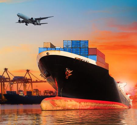transport: bic statków handlowych w imporcie, eksport molo zastosowanie dla przemysłu transportowego statku i ładunku, biznes, port żeglugi towarowego