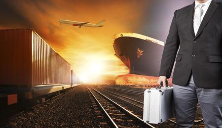 投資家ビジネス男とコンテナー列車、ポートを使用して、上記貨物貨物飛行機の商業船物流と運輸業界背景