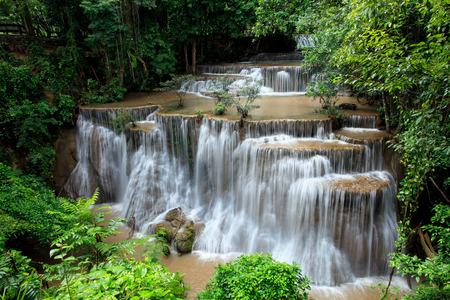 完全なタイの森国立公園 kanchanaburiy 西部の滝前カミン hauy のフォーム 写真素材 - 43787980