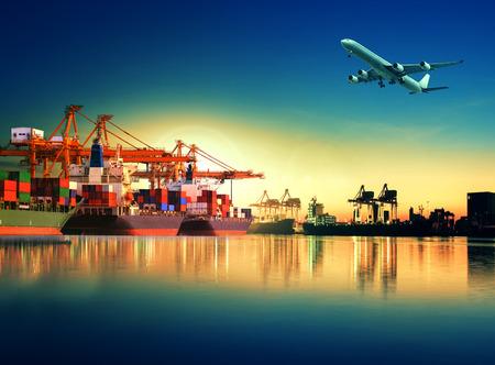 INTERNATIONAL BUSINESS: barco de contenedores en la importación, el puerto de exportación contra la hermosa luz de la mañana de uso astillero de carga para la carga y transporte de carga buque de envío Foto de archivo