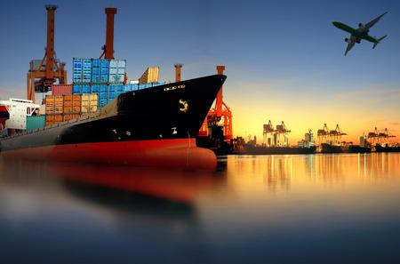 szállítás: konténerszállító hajó import, export port elleni gyönyörű reggeli fényben berakodás hajógyár használatát az áru és a teherhajózás hajó szállítás