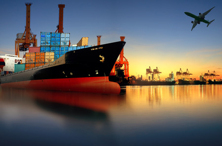 Nave container in importazione, esportazione porto contro la bella luce del mattino di carico nave uso cantiere per il trasporto merci e le merci di trasporto nave spedizione Archivio Fotografico - 44177182