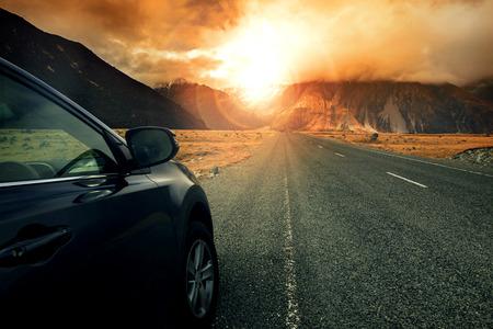 Auto, um Reisen zu Sonne aufgehen Berg Verwendung für freedo Leben vorbereitet, Reisen und Abenteuer im Urlaub Urlaub Standard-Bild