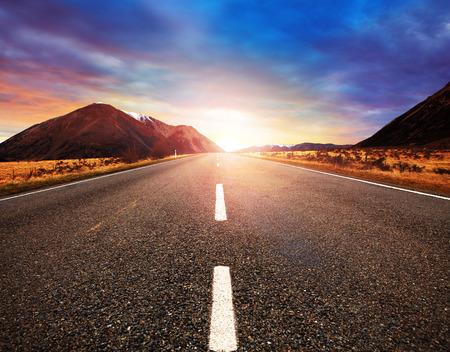 belo sol nascente com estradas de asfalto estrada em uso cena transporte terrestre rural e viajar fundo, pano de fundo