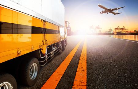 camion: camiones de contenedores y buques en la importación, el puerto puerto de exportación con el uso de avión de carga de carga de vuelo para el transporte y la logística, conocimiento de los negocios de envío, telón de fondo Foto de archivo
