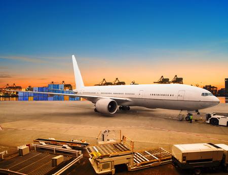 транспорт: авиаперевозки и грузовой самолет загрузка товаров в торговые парковки использования контейнера аэропорт для морских и воздушных перевозок логистической отрасли Фото со стока