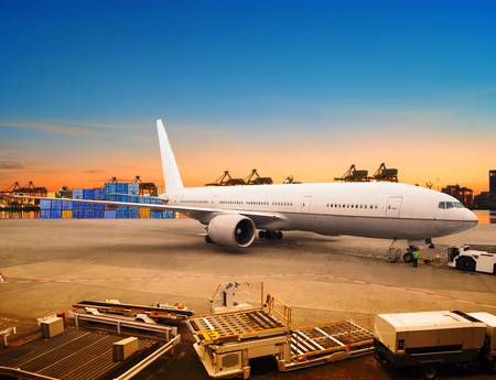 運輸: 在機場容器停車場使用空運和貨機裝載貨物交易的海運和空運物流業 版權商用圖片